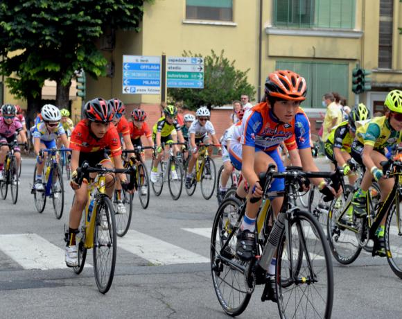 gruppo di giovani ciclisti